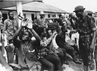 FEDERAL TROOPS WITH CAPTURED BIAFRAN SOLDIERS